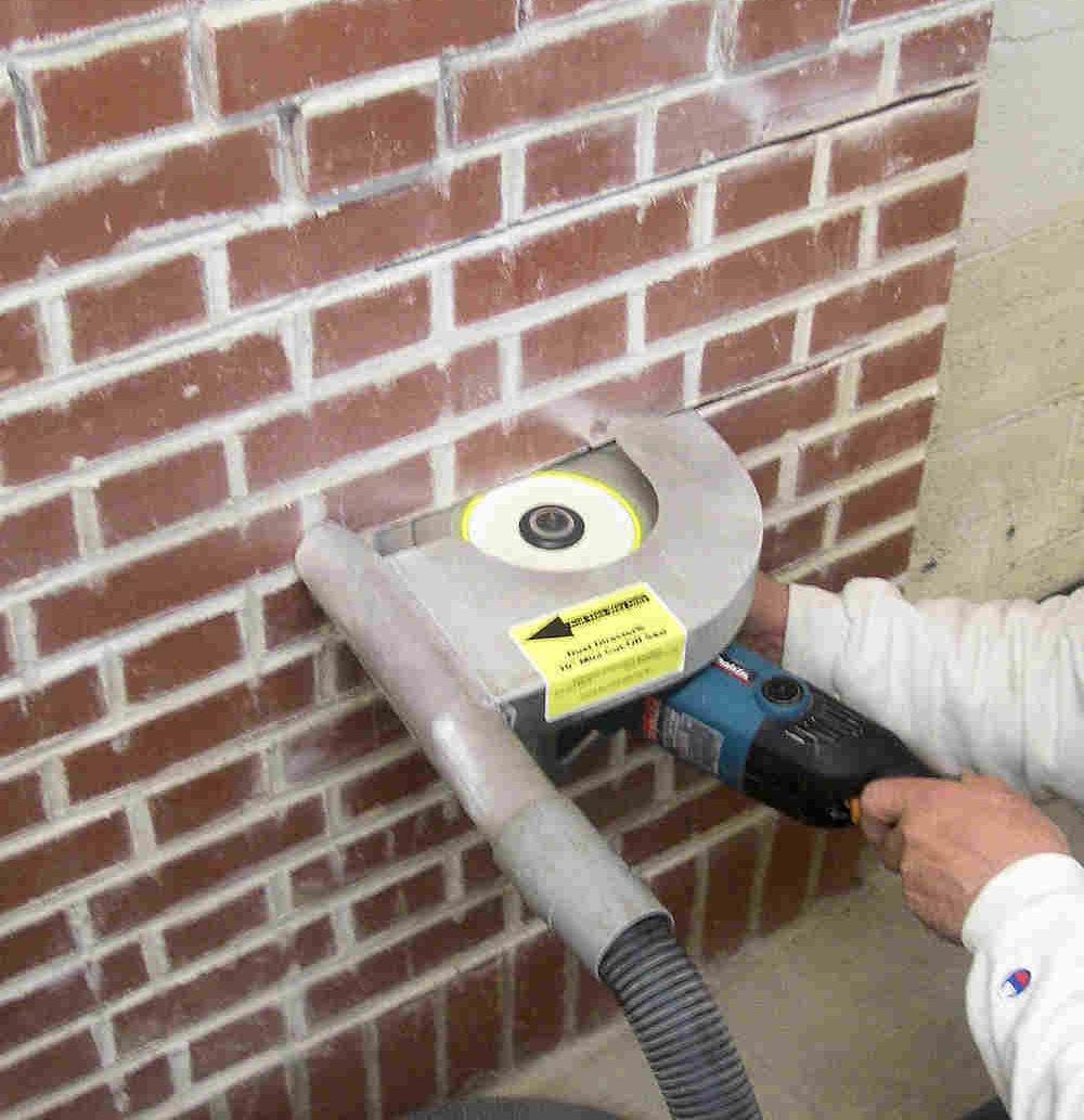 Как проштробить стену под проводку своими руками
