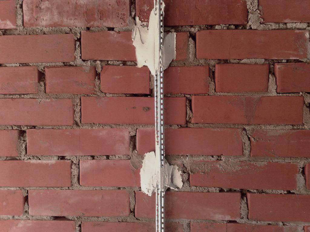 Как штукатурить стены новичку без маяков